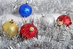 De ballen en de slinger van Kerstmis Stock Afbeelding