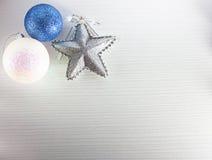 De ballen en de sterren van Kerstmis Royalty-vrije Stock Foto