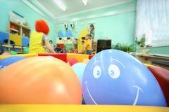 De ballen liggen in container; jonge geitjes spel Royalty-vrije Stock Afbeelding