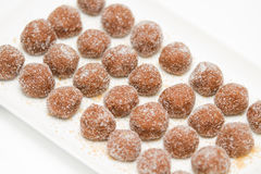 De ballen van de chocolade die met suiker op een plaat worden behandeld Stock Foto