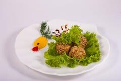 De ballen van de dessertnoot met greens op witte plaat worden verfraaid die Royalty-vrije Stock Foto's