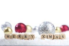 De ballen van de Kerstmisdecoratie en Vrolijke Kerstmistekst Stock Foto