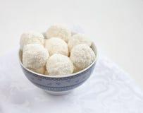 De ballen van de kokosnoot in de kom Royalty-vrije Stock Fotografie