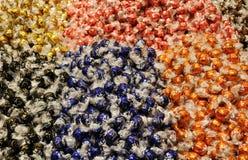 De ballen van de Lindtchocolade in kleurrijke cellofaandocumenten Stock Foto's