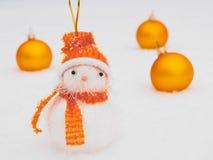 De ballen van de sneeuwman en van Kerstmis op sneeuw Royalty-vrije Stock Fotografie