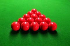 De ballen van de snooker die in driehoekige vorm worden geschikt stock fotografie
