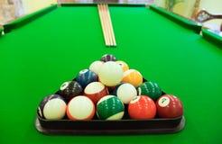 De ballen van de snooker op lijst stock fotografie