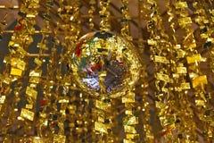 De ballen van de spiegel en gouden klatergoud Royalty-vrije Stock Afbeeldingen