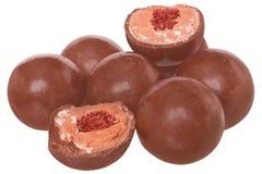 De ballen van de suikergoedchocolade met room geïsoleerd vullen Stock Afbeelding