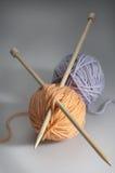 De ballen van de wol met naalden Stock Afbeelding