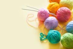 De ballen van garen liggen in een wafelkegel voor roomijs Gekleurde wol Royalty-vrije Stock Fotografie