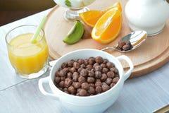 De ballen van de graangewassenchocolade, chocoladevlokken, droog ontbijt, snelle brealfast royalty-vrije stock foto