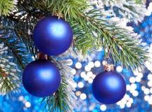 De ballen van het blauwe Nieuwjaar op een sneeuw Royalty-vrije Stock Afbeelding