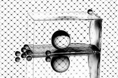 De ballen van het glas en een vaas op de spiegel Stock Fotografie