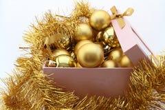 De ballen van het gouden nieuwe jaar aan doos royalty-vrije stock afbeeldingen