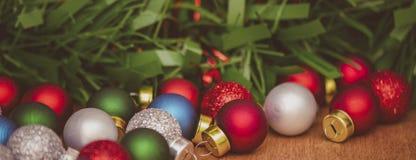 De ballen van het kerstboomglas op een houten lijst banner royalty-vrije stock foto's