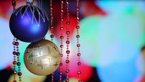 De Ballen van het Kerstmisnieuwjaar en het Knipperen Lichtenachtergrond, Close-up stock video