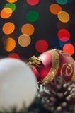 De ballen van het nieuwjaar en van Kerstmis met kegels op de achtergrond bokeh Stock Foto