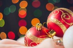 De ballen van het nieuwjaar en van Kerstmis met kegels op de achtergrond bokeh Royalty-vrije Stock Foto's