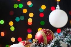 De ballen van het nieuwjaar en van Kerstmis met kegels op de achtergrond bokeh Stock Afbeeldingen