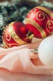 De ballen van het nieuwjaar en van Kerstmis met kegels op de achtergrond bokeh Stock Fotografie