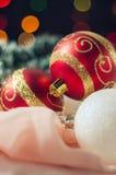 De ballen van het nieuwjaar en van Kerstmis met kegels op de achtergrond bokeh Royalty-vrije Stock Afbeeldingen