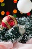 De ballen van het nieuwjaar en van Kerstmis met kegels op de achtergrond bokeh Stock Afbeelding