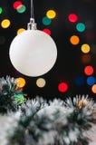 De ballen van het nieuwjaar en van Kerstmis met kegels op de achtergrond bokeh Royalty-vrije Stock Afbeelding