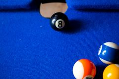 De ballen van het poolbiljart op blauwe het spelreeks van de lijstsport Snooker, Poolspel stock foto's