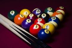 De Ballen van het poolbiljart op Rood gevoelde lijst Royalty-vrije Stock Foto