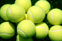De Ballen van het tennis in het gras Royalty-vrije Stock Afbeeldingen
