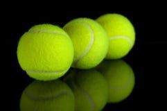 De ballen van het tennis met bezinning Royalty-vrije Stock Afbeeldingen