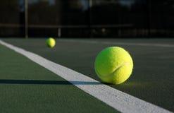De Ballen van het tennis op het Hof Stock Afbeeldingen