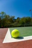 De ballen van het tennis op Hof Stock Foto's