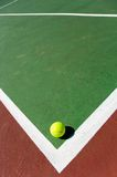 De ballen van het tennis op Hof stock afbeeldingen