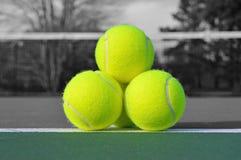 De ballen van het tennis op hof Royalty-vrije Stock Foto's