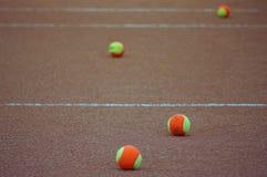 De ballen van het tennis op kleihof royalty-vrije stock afbeelding