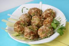 De ballen van het vlees met witte rijst en groene erwten Royalty-vrije Stock Afbeeldingen