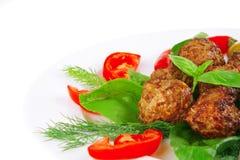 De ballen van het vlees op basilicumblad Stock Foto