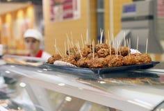 De ballen van het vlees voor verkoop bij supermarkt Stock Fotografie