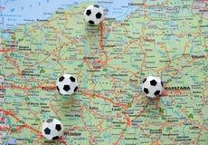 De ballen van het voetbal op de kaart van Polen Stock Afbeelding