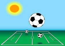 De ballen van het voetbal op gebied in zon Stock Afbeeldingen