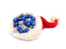 De ballen van Kerstmis in de hoed van de Kerstman Stock Afbeeldingen