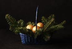 De ballen van Kerstmis in de mand Royalty-vrije Stock Afbeelding