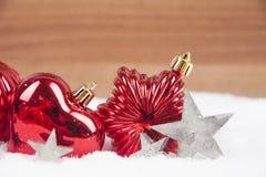 De ballen van Kerstmis in de sneeuw Stock Foto