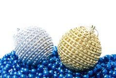 De ballen van Kerstmis die op witte achtergrond worden geïsoleerdr royalty-vrije stock foto's