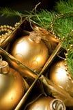 De ballen van Kerstmis in doos Stock Foto