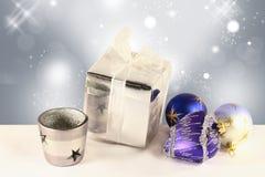 De ballen van Kerstmis, een giftdoos en een kandelaar Stock Afbeeldingen