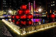 De Ballen van Kerstmis en de RadioZaal van de Muziek van de Stad Royalty-vrije Stock Fotografie