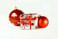 De ballen van Kerstmis en een gift Royalty-vrije Stock Foto's